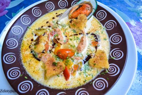 Сливочный суп, с сёмгой, мидиями, крутонами с прованскими травами, с маслом тыквеных семян