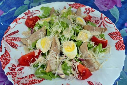 Салат с бараньими яйцами, оригинальной заправкой, и сыром пекорино романо