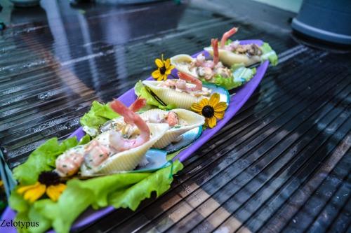 Конкильони с морепродуктами в сливочно-грибном соусе