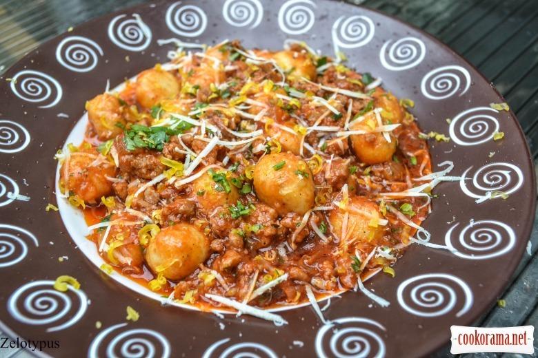 Картофельные шарики в соусе болоньезе