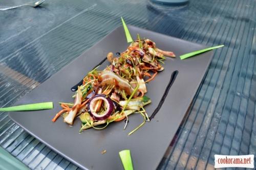 Салат из копченых свиных ушек. С овощами и оригинальной заправкой
