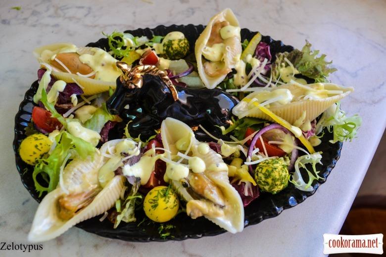 Салат с мидиями в ракушках из теста, перепелиными желтками, оригинальной заправкой