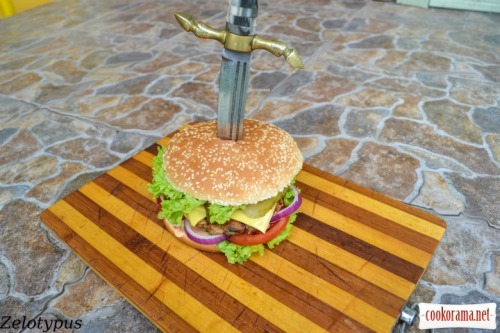 Гамбургер с куриной котлетой и острым соусом