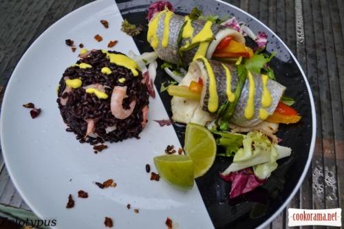 Дорадо в рулетиках с овощами, рисом венере с креветками, и соусом шафран