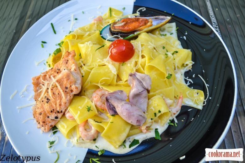 Паста, в сливочном соусе, с лососем, мини кальмарами, креветками и мидией