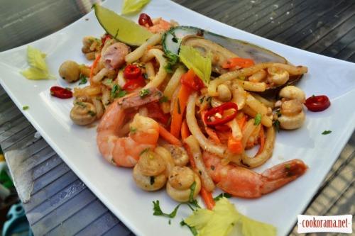Лапша удон с морепродуктами по-тайски