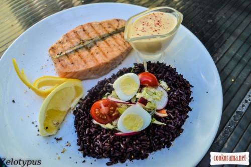 Стейк из лосося, с черным рисом, сырным соусом, овощным салатом