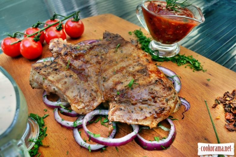 Шашлык свиной, из корейки на кости, с двумя соусами
