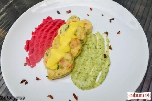 Котлеты с пангасиуса в виде сердца, с пюре двух цветов, и сливочным соусом