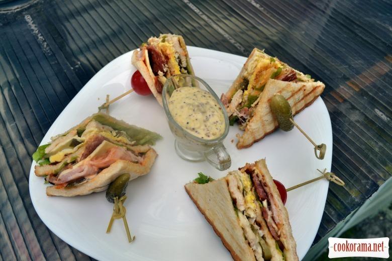 Клаб сэндвич с курицей, беконом, жареным яйцом, сыром