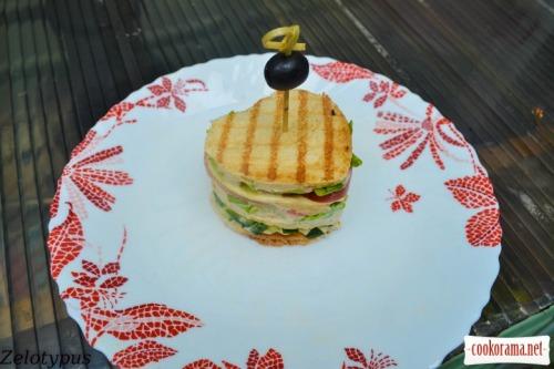 """Закусочный тортик из тостерного хлеба, с низкокалорийным соусом """"Цезарь"""", креветками, перепелиными яйцами"""
