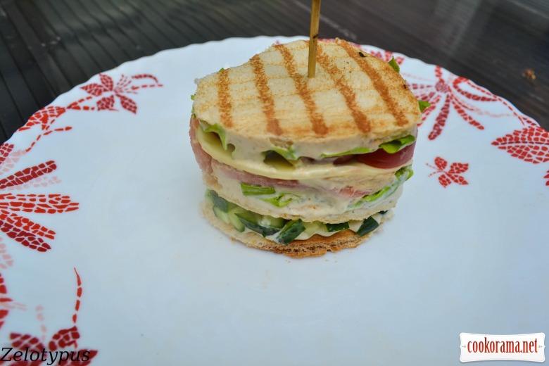 Закусочный тортик из тостерного хлеба, с низкокалорийным соусом «Цезарь», креветками, перепелиными яйцами