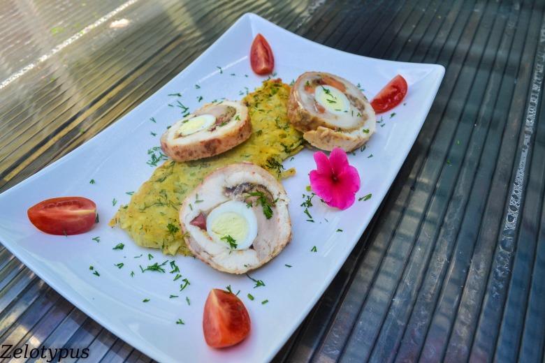 Куриный рулет с перепелиными яйцами, грибами, сыром