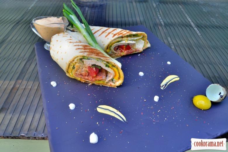Сэндвич ролл с индейкой, беконом, жареным яйцом, сыром грана падано