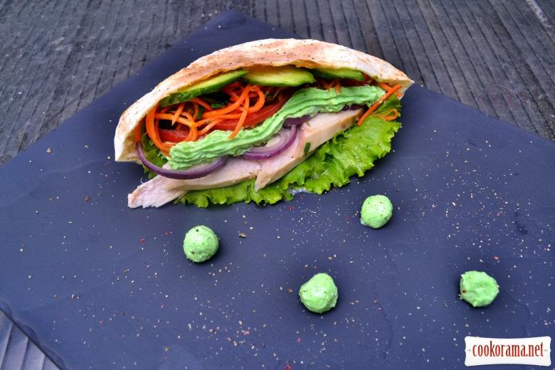 Шаверма в пите, с сочной курицей, зелёным сырным соусом, овощами