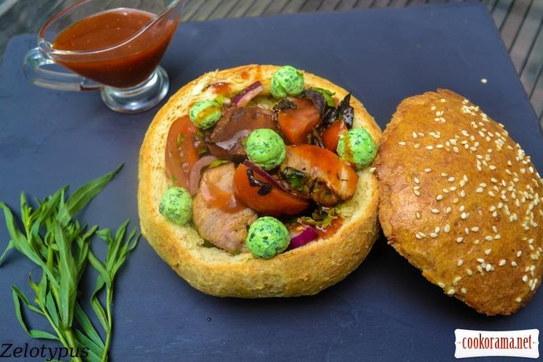 Копчёные рёбрышки, с овощами, мятным сыром, соусом барбекю, в булке с цельной муки