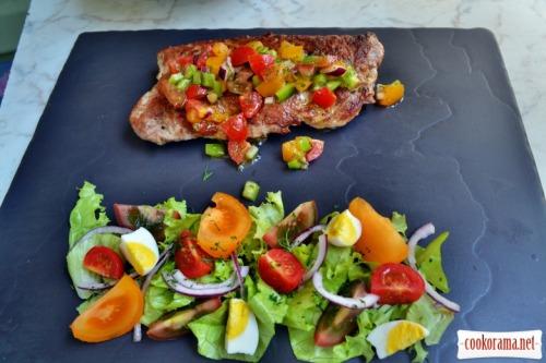 Свиная вырезка фаршированная брынзой и копченой колбаской, с соусом из трёх сортов помидор