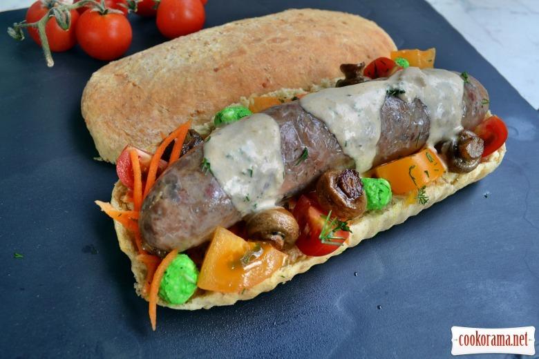 Сэндвич в багете из цельной муки, с колбаской из утки, мятным сыром и мини шампиньонами и соусом из тунца