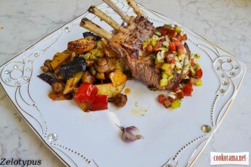 Каре ягненка, с тёплым картофельным салатом с мини шампиньонами, каперсами, синим базиликом