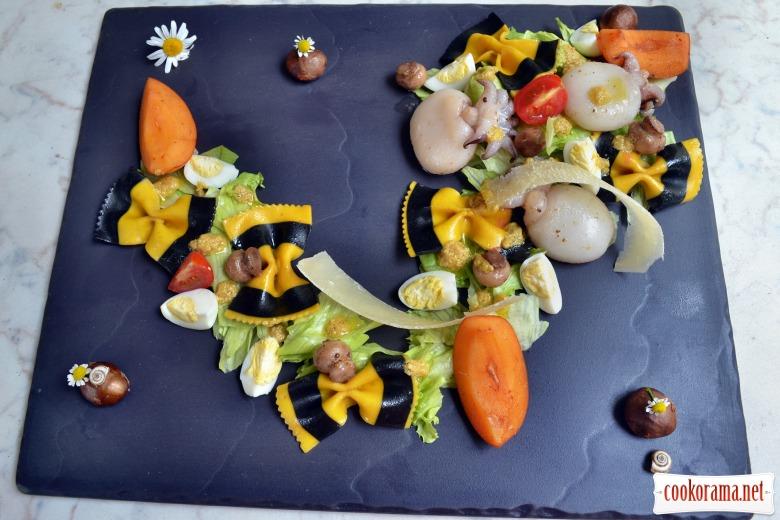 Салат с каракатицами, макаронами, мушмулой