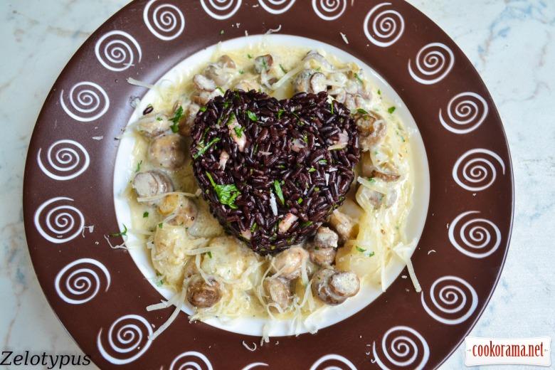 Чёрный рис с мини каракатицами и грибами, в сметанно-медовом соусе