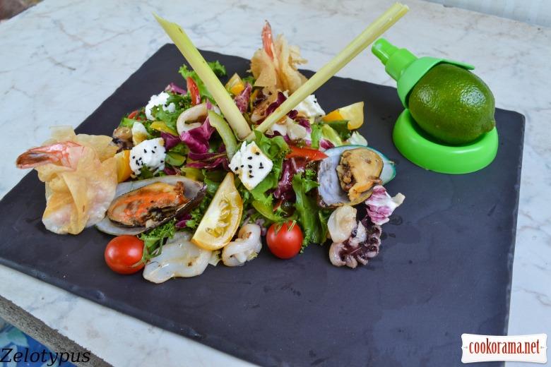Салат с морепродуктами, сыром чанах, с азиатской заправкой