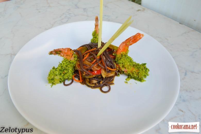Чёрная рисовая лапша, с креветками в пармезане
