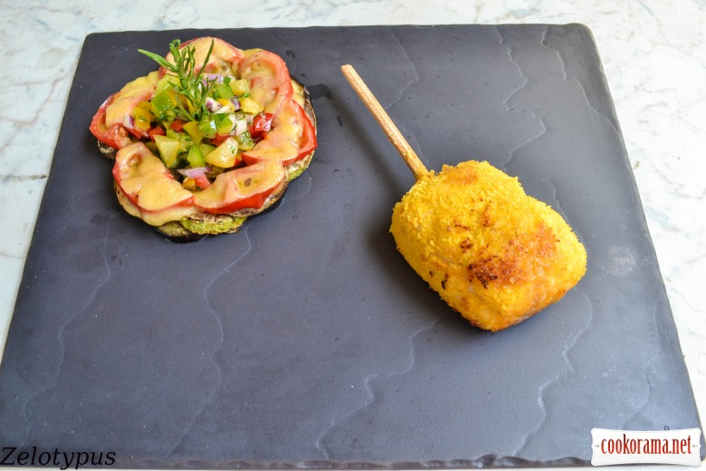 «Эскимо» из курицы с грибами и пармезаном, с рататуем и овощной сальсой