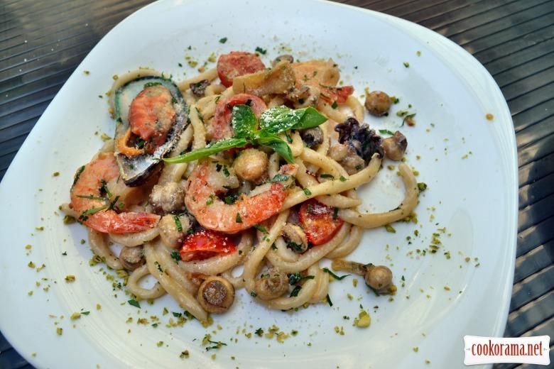 Умбричи с морепродуктами в сливочно-грибном соусе