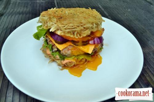 Рамен бургер с рубленой котлетой из курицы