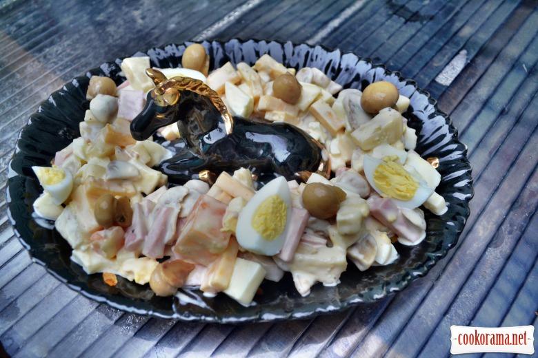 Салат с ветчиной, маринованными шампиньонами, сыром, перепелиными яйцами