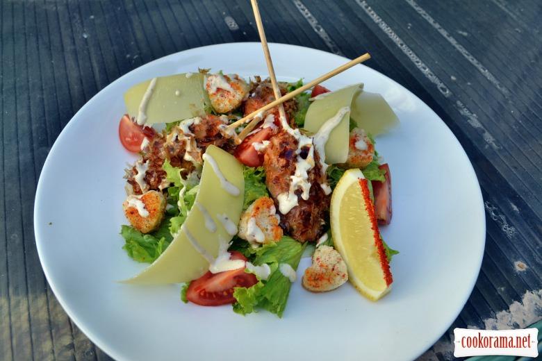 """Салат с кебабами из лосося в стружке тунца, гренками в виде сердца, соусом """"Цезарь"""""""