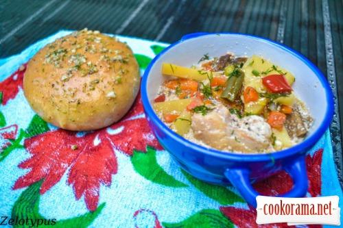 Жаркое с курицей, грибами, овощами, в горшочке с крышкой из пампушки