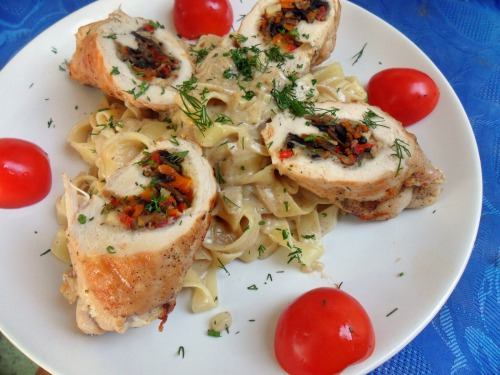 Фетучіні у вершковому соусі з курячими рулетиками фаршировані овочами