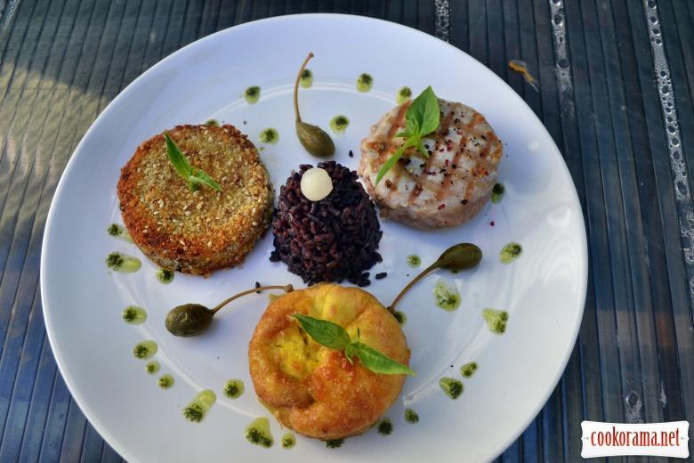 Тунец жареный на гриле, с омлетом, и жареным тофу в панировке из кунжута и орехов