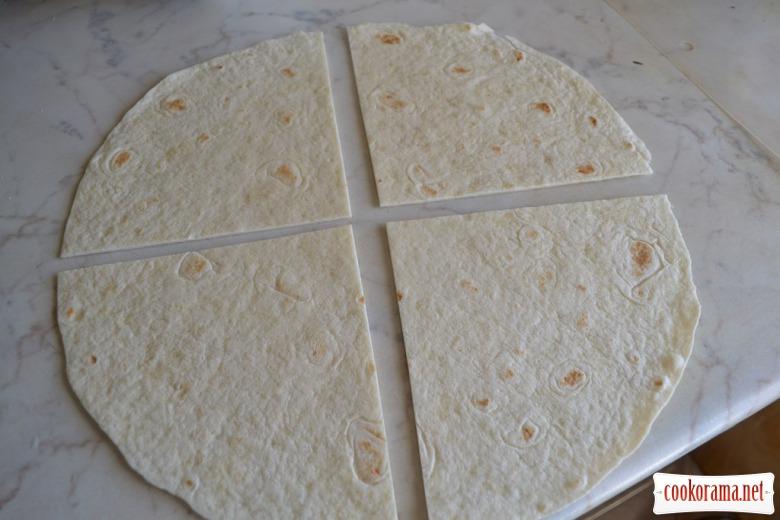 Эмпанадас из тортильи, с куриной печенкой, сметаной, мёдом, васаби