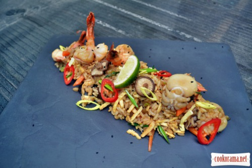 Рис, с креветками и каракатицами, омлетом и грибами шиитаке
