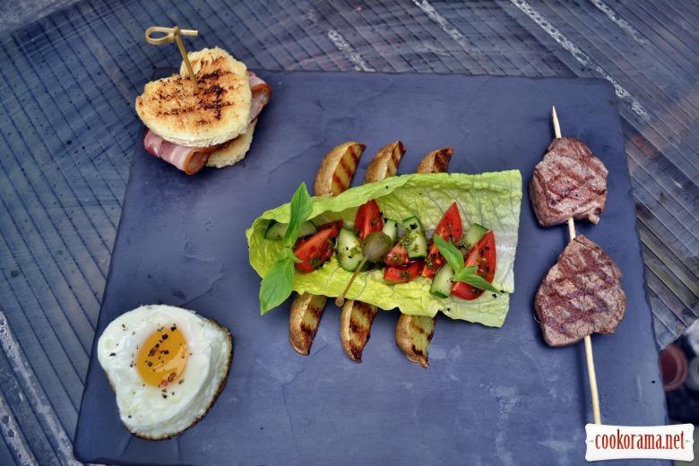 """""""Тортик"""" из гренок на гриле и поджаристым беконом, салат из овощей с соусом песто, медальоны из говяжьей вырезки, картофель на гриле, яичко)"""