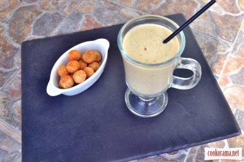 Гороховый суп-крем с маскарпоне и беконом, с хрустящими шариками из слоёного теста и пармезана