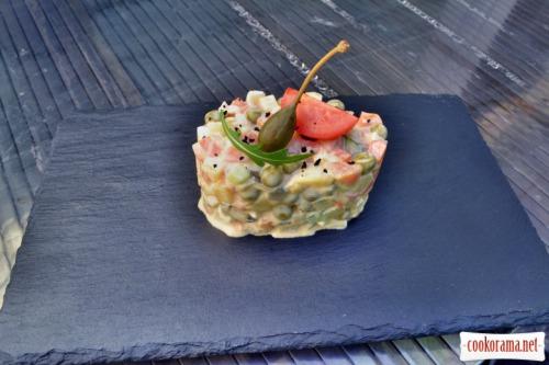 Оливье с лососем и пикантным соусом