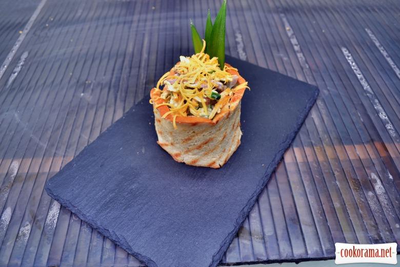 Салат с говяжьим языком, огурцом, грибами, омлетом