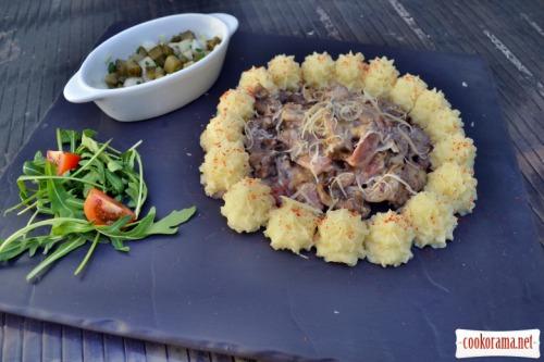 Говяжья вырезка, белые грибы, бекон, в сливочном соусе. С картофельным пюре и солёными огурчиками
