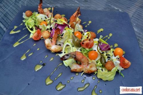 Mix salad, shrimp, physalis and puff pastry balls