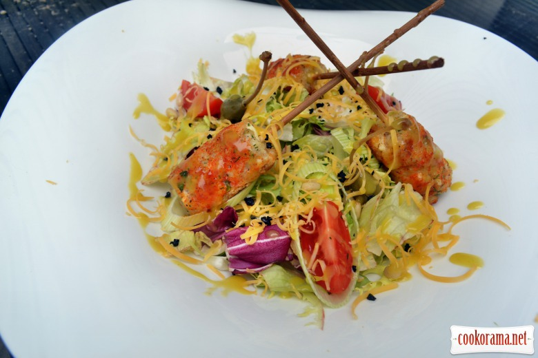 Mix salad with kebabs from pike perch with cheese, pine nuts and cheddar