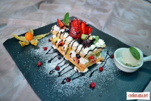 Мильфей с ягодами и фруктами, со взбитыми сливками и маскарпоне