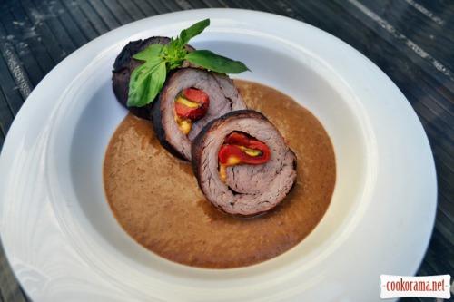 Рулет из говяжьей вырезки, фаршированный болгарским перцем, свежим базиликом, сыром чеддер. Со сливочно-кофейным соусом для барбекю