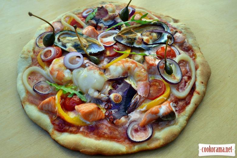 Пицца с морепродуктами, приготовленная в угольном гриле