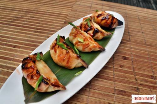 Пельмени с мясом, приготовленные на углях, смазанные тайским соусом