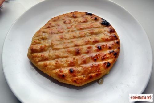 Хачапури с сыром сулугуни, в закрытом угольном гриле