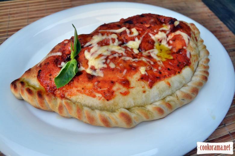 Закрытая пицца кальцоне, с грибами и сулугуни